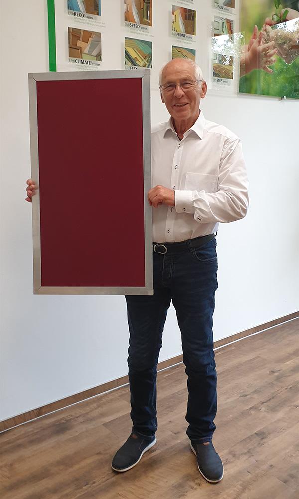 Bernd Unger hält UdiAnima Tierheizung in den Händen.
